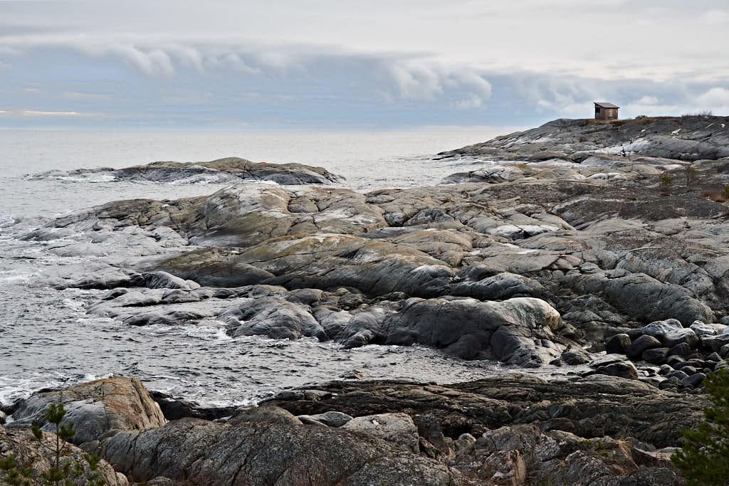 Ungefär tusen år före Kristus höjde sig de kobbar och skär som skulle bli Åstön ur havet