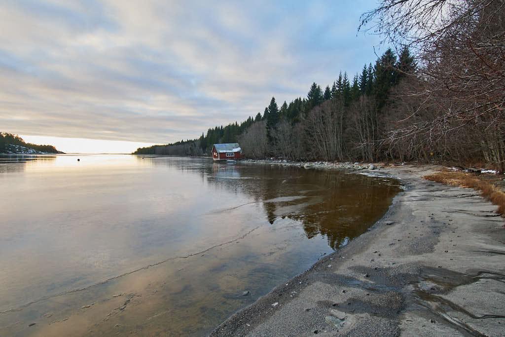 Det finns inte bara klippor på Åstön, utan också sandstränder för badsugna, som här i Åkeröviken.
