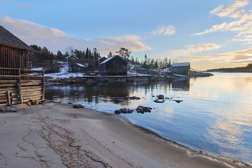 I Skeppshamn, på Åstön, finns fiskarmuseum, kapell, båthus och snäckbeströdd strand.