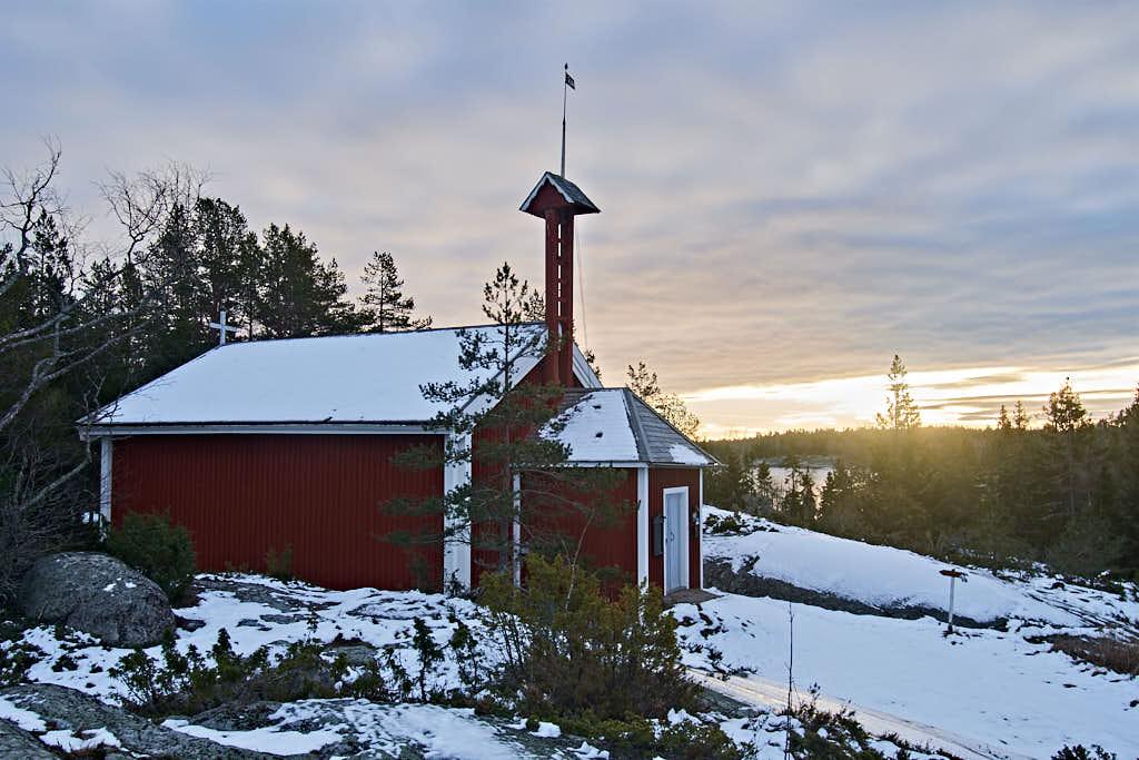 Skeppshamns kapell uppfördes sannolikt redan 1560 av Gävlefiskarna men flyttades till sin nuvarande plats först 1768.